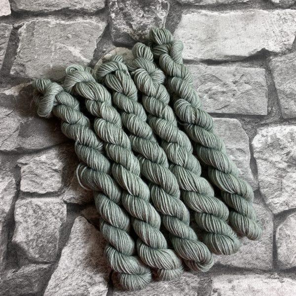 Ein Strang handgefärbte Wolle mit dem Namen Piet  –  Classic  –  Mini von Wolldackel