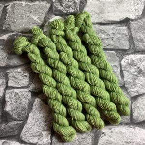 Ein Strang handgefärbte Wolle mit dem Namen Achilles  –  Classic  –  Mini von Wolldackel