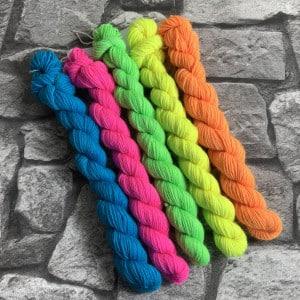 Ein Strang handgefärbte Wolle mit dem Namen It´s time for neon  –  Minipack von Wolldackel