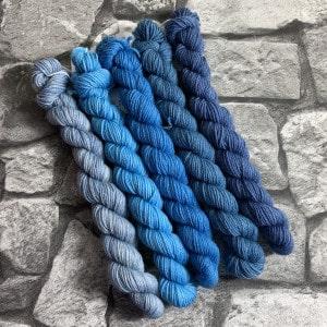 Ein Strang handgefärbte Wolle mit dem Namen Blue Times  –  Minipack von Wolldackel