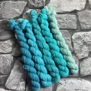 Ein Strang handgefärbte Wolle mit dem Namen Nordic Turquoise  –  Minipack von Wolldackel