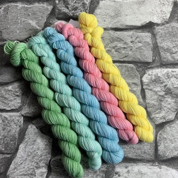 Ein Strang handgefärbte Wolle mit dem Namen Tenderness  –  Minipack von Wolldackel