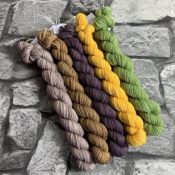 Ein Strang handgefärbte Wolle mit dem Namen In to the jungle  –  Minipack von Wolldackel