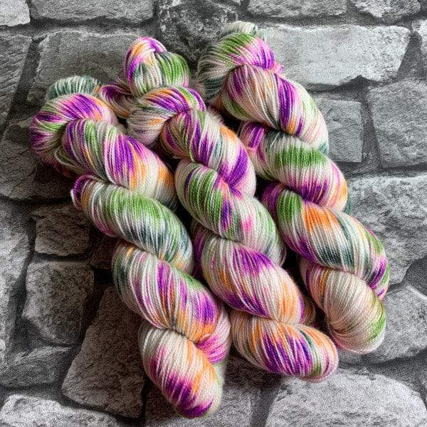 Ein Strang handgefärbte Wolle mit dem Namen Fairytale  –  Pure von Wolldackel