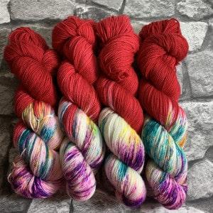 Ein Strang handgefärbte Wolle mit dem Namen Crazy Red  –  Pure von Wolldackel