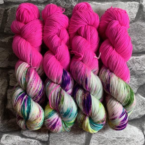 Ein Strang handgefärbte Wolle mit dem Namen World of Fuchsia  –  Pure von Wolldackel