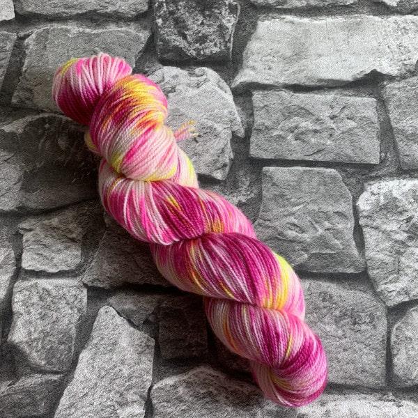 Ein Strang handgefärbte Wolle mit dem Namen Dancing Queen  –  Pure von Wolldackel