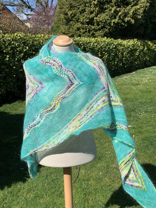 Ein Strang handgefärbte Wolle mit dem Namen Birds of a Feather Shawl – Pure & Mohair von Wolldackel