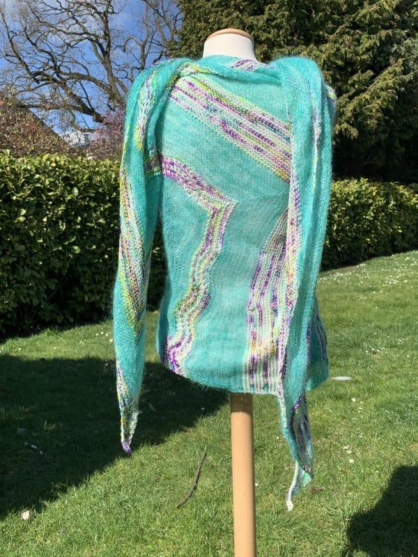 Ein Strang handgefärbte Wolle mit dem Namen Birds of a Feather Shawl von Wolldackel