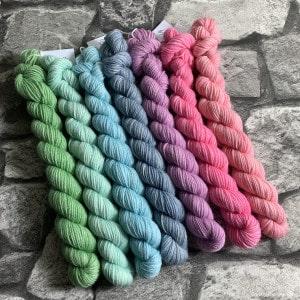 Ein Strang handgefärbte Wolle mit dem Namen Snuggle #100 von Wolldackel