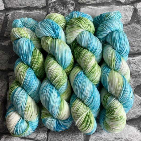 Ein Strang handgefärbte Wolle mit dem Namen Seepferdchen  –  Pure von Wolldackel