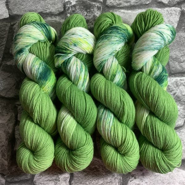 Ein Strang handgefärbte Wolle mit dem Namen Grashüpfer  –  Classic von Wolldackel