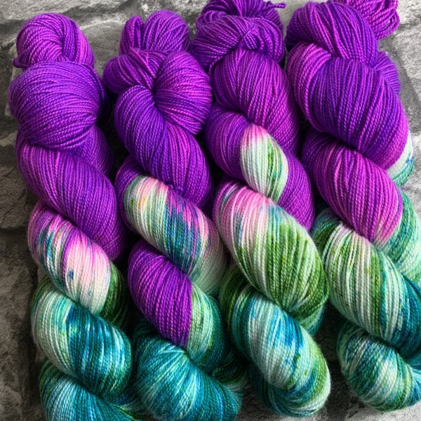 Ein Strang handgefärbte Wolle mit dem Namen Hot Lilly  –  Pure von Wolldackel