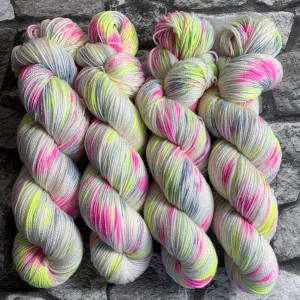 Ein Strang handgefärbte Wolle mit dem Namen Valentine  –  Pure von Wolldackel