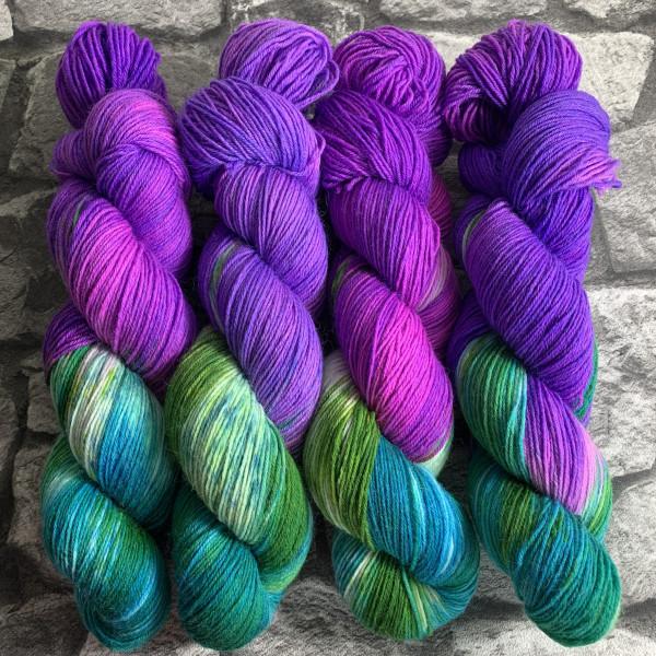 Ein Strang handgefärbte Wolle mit dem Namen Hot Lilly  –  Classic von Wolldackel