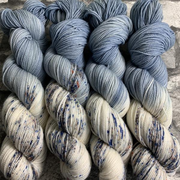 Ein Strang handgefärbte Wolle mit dem Namen Denim  –  Pure von Wolldackel