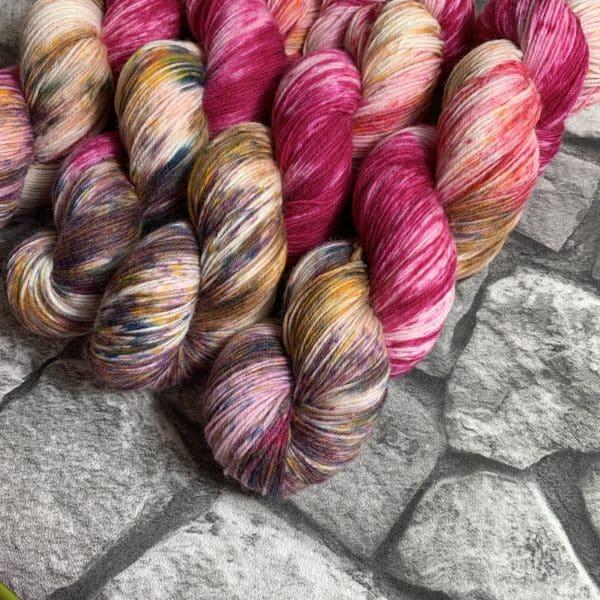 Ein Strang handgefärbte Wolle mit dem Namen Girlfriend  –  Classic von Wolldackel