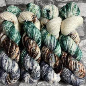 Ein Strang handgefärbte Wolle mit dem Namen Skogur  –  Classic von Wolldackel