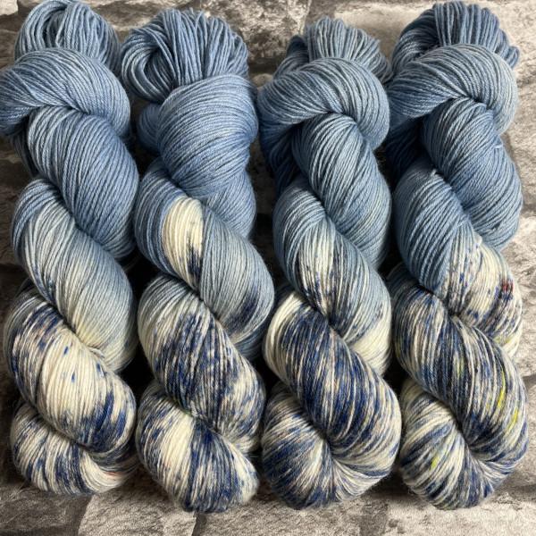 Ein Strang handgefärbte Wolle mit dem Namen Denim  –  Classic von Wolldackel