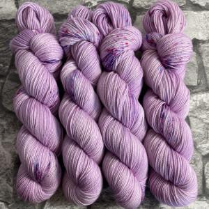 Ein Strang handgefärbte Wolle mit dem Namen Charming Princess  –  Pure von Wolldackel