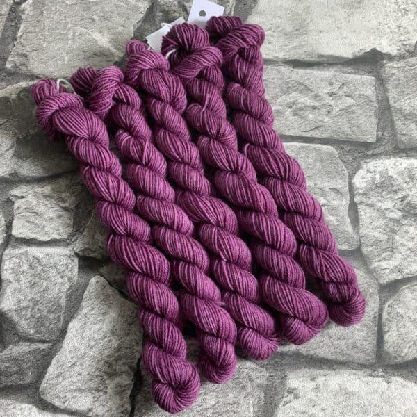 Ein Strang handgefärbte Wolle mit dem Namen Bibi von Wolldackel