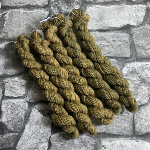 Ein Strang handgefärbte Wolle mit dem Namen Offo von Wolldackel
