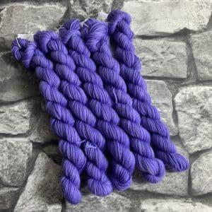 Ein Strang handgefärbte Wolle mit dem Namen Lale  –  Classic  –  Mini von Wolldackel