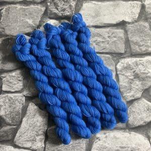 Ein Strang handgefärbte Wolle mit dem Namen Russell  –  Classic  –  Mini von Wolldackel