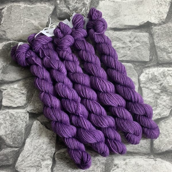 Ein Strang handgefärbte Wolle mit dem Namen Prima  –  Classic  –  Mini von Wolldackel