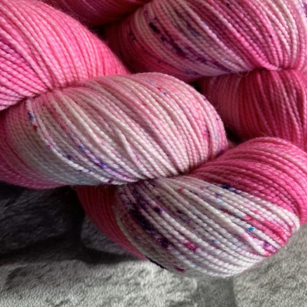 Ein Strang handgefärbte Wolle mit dem Namen Bubble Gum  –  Pure von Wolldackel