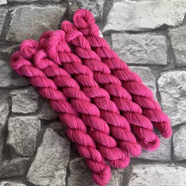 Ein Strang handgefärbte Wolle mit dem Namen Rose  –  Mini  –  Classic von Wolldackel