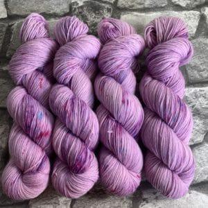 Ein Strang handgefärbte Wolle mit dem Namen Charming Princess  –  Classic von Wolldackel