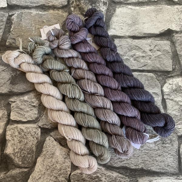 Ein Strang handgefärbte Wolle mit dem Namen Stonehenge  –  Minipack von Wolldackel
