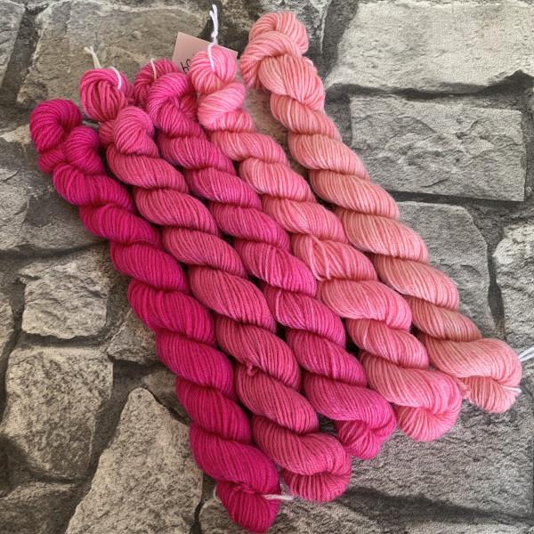 Ein Strang handgefärbte Wolle mit dem Namen Pretty Pink  –  Minipack von Wolldackel