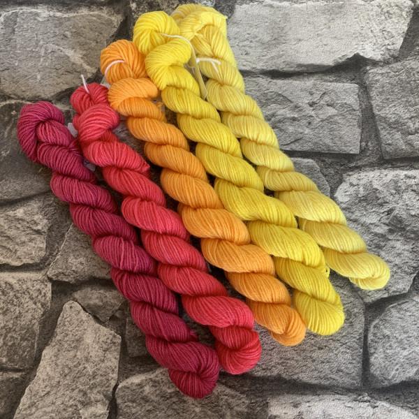 Ein Strang handgefärbte Wolle mit dem Namen Sunny  –  Minipack von Wolldackel
