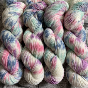 Ein Strang handgefärbte Wolle mit dem Namen Blaze Varies  –  Classic von Wolldackel