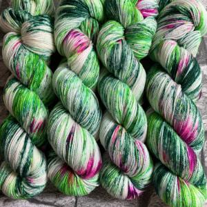 Ein Strang handgefärbte Wolle mit dem Namen Dornröschen  –  Pure von Wolldackel
