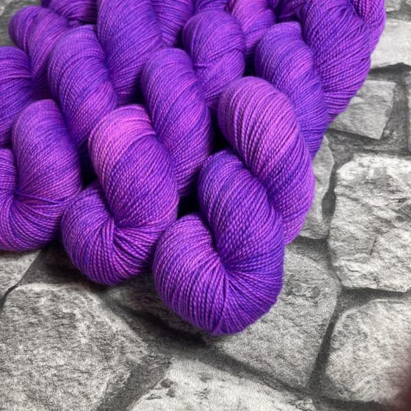 Ein Strang handgefärbte Wolle mit dem Namen Pandora  –  Pure von Wolldackel