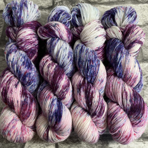 Ein Strang handgefärbte Wolle mit dem Namen Berries  –  Classic von Wolldackel