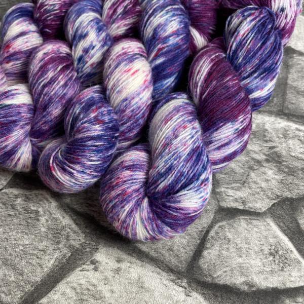 Ein Strang handgefärbte Wolle mit dem Namen Berries von Wolldackel