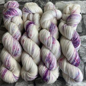 Ein Strang handgefärbte Wolle mit dem Namen Lovely Princess  –  Pure von Wolldackel