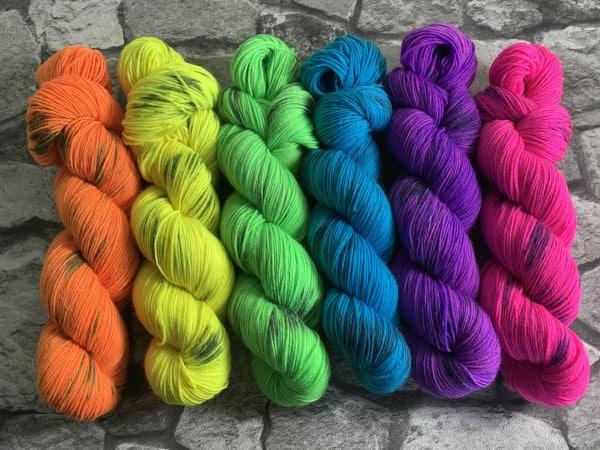 Handgefärbte Wolle Torge aus der Neonstraße – Classic gefärbte Wolle kaufen