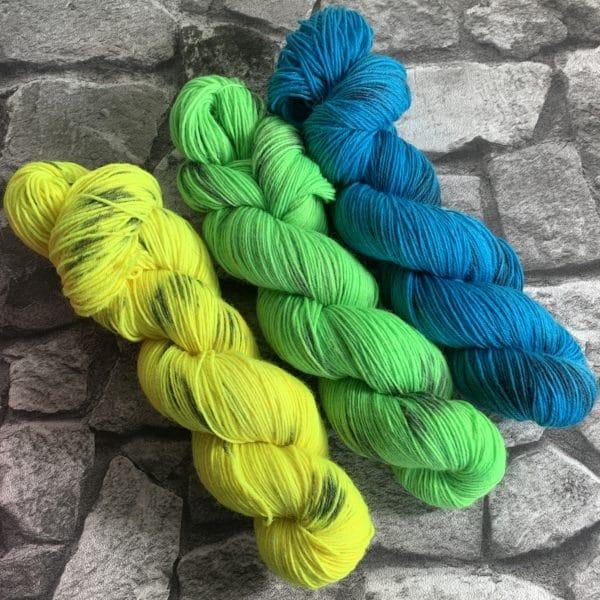 Ein Strang handgefärbte Wolle mit dem Namen Lene aus der Neonstraße von Wolldackel