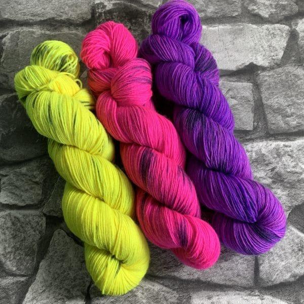 Ein Strang handgefärbte Wolle mit dem Namen Lene aus der Neonstraße  –  Classic von Wolldackel