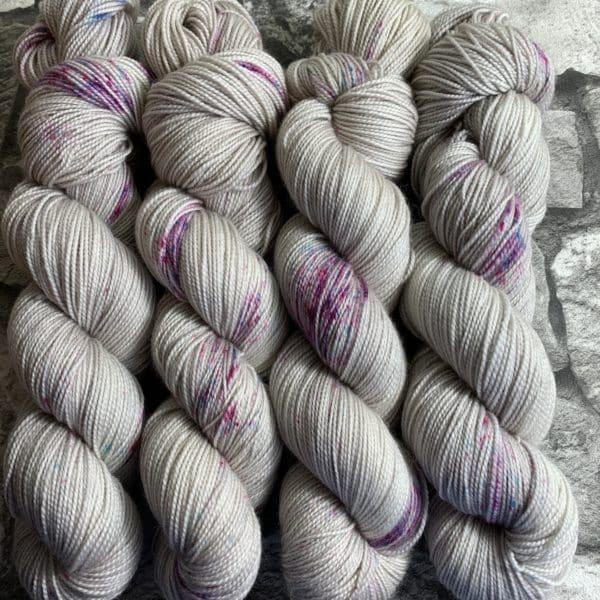 Ein Strang handgefärbte Wolle mit dem Namen Noble Princess  –  Pure von Wolldackel