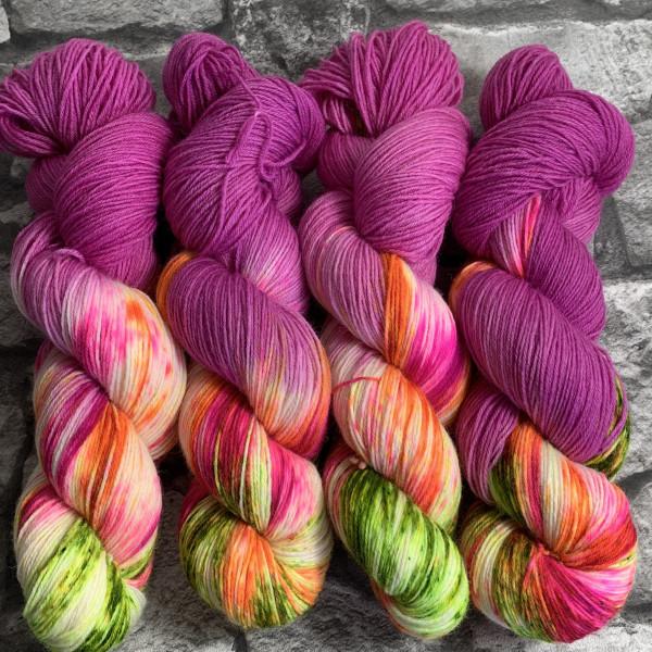 Ein Strang handgefärbte Wolle mit dem Namen Summer Loving  –  Classic von Wolldackel