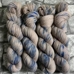 Ein Strang handgefärbte Wolle mit dem Namen Prince Charles  –  Classic von Wolldackel