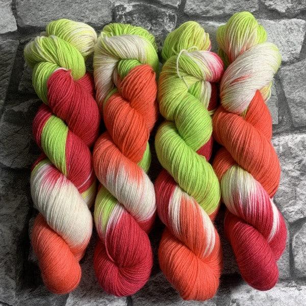 Ein Strang handgefärbte Wolle mit dem Namen Mrs Cool  –  Classic von Wolldackel