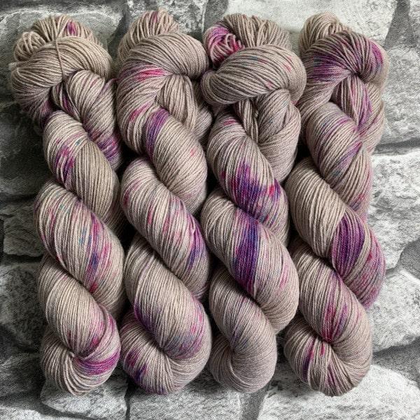 Ein Strang handgefärbte Wolle mit dem Namen Preppy Princess  –  Classic von Wolldackel