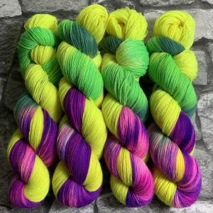 Ein Strang handgefärbte Wolle mit dem Namen Lights ON  –  Classic von Wolldackel